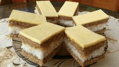 Jablečno – kokosové řezy ze žloutkovou polevou: Za celých 60 let jsem nejedla lepší zákusek, chuť překvapí i náročné! Cheesecake, Pie, Desserts, Food, Torte, Tailgate Desserts, Cake, Deserts, Cheesecakes