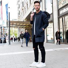 2016-05-04のファッションスナップ。着用アイテム・キーワードはコート, ステンカラーコート, スニーカー, ブレスレット, 黒パンツ,アディダス(adidas)etc. 理想の着こなし・コーディネートがきっとここに。| No:145076