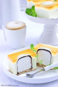 Zobacz zdjęcie ciasto z niespodzianką Składniki na formę 25x30 cm (12 porcji):     * ok. 20 herbatników  * 12 ciepłych lodów w czekoladzie  * 300 ml śmietany kremówki   * 800 g waniliowego serka homogenizowanego  * 1 galaretka cytrynowa  * 2 łyżki żelatyny  * 2 galaretki pomarańczowe     Spód formy wykładamy herbatnikami.   Galaretkę cytrynową i żelatynę rozpuszczamy w 450 ml wrzątku i odstawiamy do całkowitego wystygnięcia.   Kremówkę ubijamy a następnie miksując na wolnych obrotach…