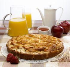 Шарлотка по-советски – это простой бисквит и нарезанные яблоки. Предлагаем взглянуть на любимый пирог под другим углом и добавить в шарлотку ягоды, орехи и даже белый шоколад.<br /><br />Мы внимательно изучили историю происхождения легендарной шарлотки и поняли, что классический вариант