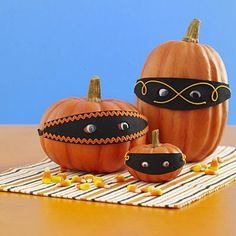 30 Creative Ways to Decorate a Pumpkin with Ribbon for Halloween. Pumpkin decorating with Ribbons are also kid-friendly, so anyone can join in on the fun. Mascaras Halloween, Fröhliches Halloween, Easy Halloween Crafts, Holidays Halloween, Halloween Treats, Halloween Pumpkins, Holiday Crafts, Holiday Fun, Halloween Decorations
