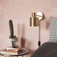 Je kunt een lampje aan de muur hangen, of je kunt je interieur verrijken met de deze wandlamp van het Deense Hübsch. Deze klassieker heeft een bijzondere geschiedenis en naast een goed verhaal ook ontzettend goede looks. Hij is stijlvol en heel speciaal.  - Wandlamp goud met stekker en schakelaar - De lampenkap is verstelbaar - De wandlamp is gemaakt van goudkleurig messing (metaal) - De gouden muurlamp is voorzien van een zwart snoer - Wordt geleverd met bevestigingsmateriaal