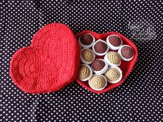 Free crochet tutorials for crochet accessories, clothes, amigurumis Crochet Food, Love Crochet, Crochet Dolls, Single Crochet, Crochet Hearts, Amigurumi Doll, Amigurumi Patterns, Double Crochet Decrease, Chocolate Packaging