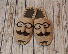 Patterns Slippers Quote from 😉… - Crochê Crochet Slipper Boots, Knit Shoes, Crochet Baby Shoes, Knitted Slippers, Crochet Baby Booties, Knitting Socks, Hand Knitting, Baby Knitting Patterns, Crochet Patterns
