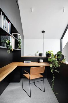 Een inspirerende thuiswerkplek inrichten - tafel - meubels - WONEN.nl Home Office Setup, Home Office Space, Office Ideas, Modern Office Desk, Modern Home Offices, Office Inspo, Masculine Office Decor, Modern Wood Desk, Masculine Home Offices