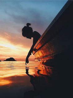 Sunset on the ocean. Beautiful silhouette shot of this young girl in her boat! Amazing Photography, Portrait Photography, Travel Photography, Lonely Girl Photography, Sunset Photography, Beauty Photography, Photography Ideas, Cool Photos, Beautiful Pictures