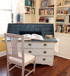 painting the desk in S's room this way would be great.  Love the navy inside.[image27%255B1%255D.png]