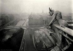 Geweldige foto van een waterspuwer op de Notre Dame. Foto is rond 1920 genomen door Pierre-Yves Petit.