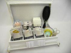 Caixa Kit Toalete com pés cromados.  Incluso produtos e rótulos personalizados. R$ 275,00
