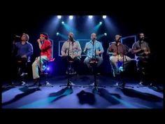 Hotel California - Cubanos Acapella. Ce groupe cubain, Vocal Sampling, interprète ici ce titre a capella mais le groupe utilise leurs voix pour créer la musique d'accompagnement. Voir jusqu'au terme pour apprécier le solo... guitare !