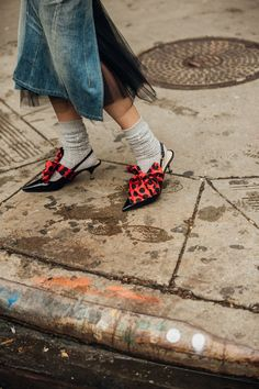 Vogue's street style photographer Jonathan Daniel Pryce snaps the best dressed of New York Fashion Week spring/summer 2019 New Yorker Street Style, Daily Street Style, New York Fashion Week Street Style, Fashion Week 2018, New York Street, Spring Street Style, Cool Street Fashion, Denim Fashion, New Fashion