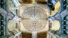 El laberinto está rodeado de pequeños semicírculos, al caminar por estos se…