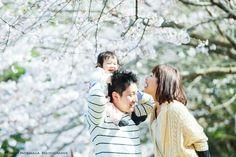 今日は家族写真、いわゆるファミリーフォトの撮影にいってきたのだ。福岡は今日が桜が満開というタイミング。桜がわからなかったので、福岡空港近くの菜の花畑で撮影してから、2つほど公園をまわったのだ。日曜日でお花見日和ではあったものの、福岡の気温、風は肌寒かったせいか、思っていたほどの花見客の姿はなかった。パパが抱っこすると泣くことが多かったけど、2度ほどご機嫌に笑ってくれた。場所を変えて桜の撮影。肩車をしたらご満悦の表情。でも、ママがきたら、ママのところにいきたいみたい。大抵のイベントの場、合雨が降ってしまうという2人だけど、今回はモリケンパワー全開で晴れになったのかなあ。たぶん、お子さんの晴れ女パワーにちがいない。しあわせいっぱいで、とっても楽しいファミリーフォトだったのだ。エンゲージメントフォトからロケーションフ...モリケンのファミリーフォト~菜の花~桜編~