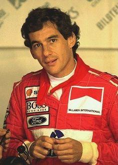 Ayrton Senna da Silva - (São Paulo, 21 de março de 1960 — Imola, 1 de maio de 1994) foi um piloto brasileiro de Fórmula 1, três vezes campeão mundial, nos anos de 1988, 1990 e 1991. Foi também vice-campeão no controverso campeonato de 1989 e em 1993. Morreu em acidente no Autódromo Enzo e Dino Ferrari, em Ímola, durante o Grande Prêmio de San Marino de 1994. É reconhecido como um dos maiores nomes do esporte brasileiro e um dos maiores pilotos da história do automobilismo.
