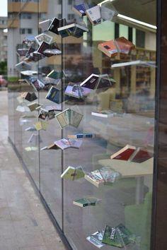 Escaparate de una librería muy original y atractivo, llama mucho la atención como sobresalen los libros del interior. Fernando Roncero