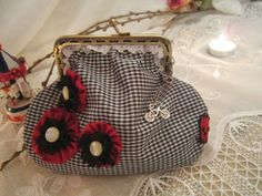 ♡ this coin purse My Bags, Purses And Bags, Coin Purses, Frame Purse, Purse Tutorial, Handmade Bags, Sewing Hacks, Vintage Sewing, Mini Bag