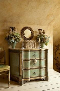I loved this chest of drawers in turquoise, but in green it's even more awesome...