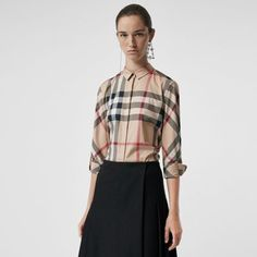 Cut in a slim fit, it features a concealed button placket, sleeve adjuster tabs and a point collar. A distinctive check shirt in stretch-cotton. Camisa Burberry, Burberry Outfit, Fall Fashion Trends, Autumn Fashion, Burberry Brit Men, Burberry Print, Ladies Of London, Check Shirt, Printed Blouse