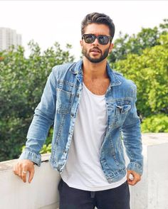 Classic white shirt and denim jacket look! Great transition outfit - All About Streetwear, White Shirt Outfits, Mode Man, Classic White Shirt, Classic Mens Style, White Shirt Men, White Shirts, Style Masculin, Denim Shirt Men