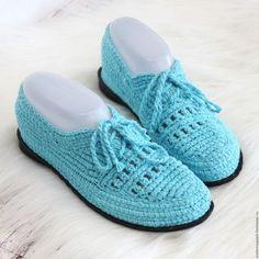 Купить или заказать Мокасины хлопковые в интернет-магазине на Ярмарке Мастеров. Вязаная обувь пользуется всё большей популярностью. Потому что это красиво, удобно, эксклюзивно! И что не мало важно - это индивидуально! Если у Вас широкая или узкая стопа и Вы с трудом подбираете обувь в магазине, то заказать вязаную обувь Вы можете именно по Вашим размерам. Мокасины связаны из 100 % хлопка. В наличии 35 размер ( на длину стопы 23 - 23,5…