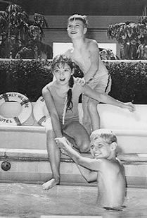Here is a posed shot of 'kids on TV' showing Jon Provost (Lassie) standing, and Jay North (Dennis The Menace) trying to pull Angela Cartwright (Make Room For Daddy) into the Child Actors, Young Actors, Johnny Depp Leonardo Dicaprio, Jon Provost, Meredith Macrae, Old Hollywood Actors, Dennis The Menace, Kids Photography Boys, 3 Movie
