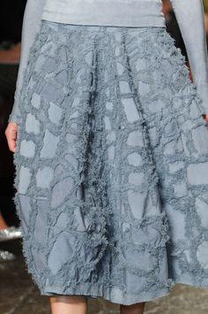Donna Karan SS 2013 detail - atentie la detalii: imi place cum incepe closul ceva mai jos