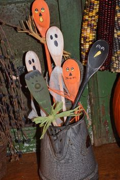 Primitive Halloween Fall Wooden Hand-painted Spoons - 6 Crock Filler Decorations in Antiques, Primitives Halloween Tisch, Halloween Wood Crafts, Homemade Halloween Decorations, Halloween Diy, Rustic Halloween, Fall Decorations, Primitive Halloween Decor, Vintage Halloween, Halloween Kitchen