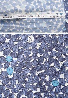 """Tygtrycket är ritat av Viola Gråsten. Det heter """"Romans"""" och gjordes 1964. Gråsten arbetade då för Mölnlycke Väfveriaktiebolag. Dessförinnan hade hon bland annat ritat mattor för varuhuset NK, som var mycket tongivande vad gäller inredning och stil."""