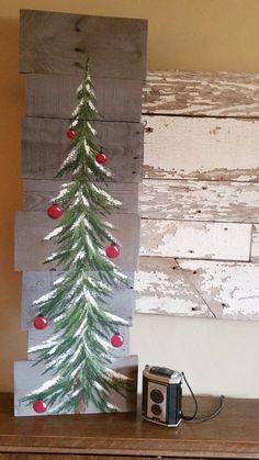 Nieve del árbol de Navidad, rojo bulbos, gris reclama plataforma arte, invierno, Navidad pintadas, reciclado, arte de pared, agobiados  Pintura de acrílico original en tableros de palet recuperados. Esta pieza única es 36 x apprx. 12  Este árbol de Navidad con bulbos rojos sobre un fondo teñido gris es perfecto para un toque rústico personalizado para tu decoración de Navidad. Perfecto para ese espacio de pared delgada o solo la apoye contra la pared.  Todas mis creaciones se hacen de tablas…