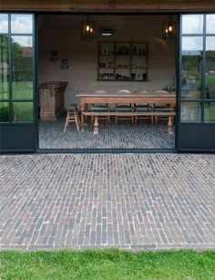 Authentic clay pavers as a seamless transition from interior to exterior Authentieke kleiklinkers als naadloze overgang van interieur naar exterieur Authentic clay pavers as a seamless transition from interior to exterior Outdoor Spaces, Indoor Outdoor, Outdoor Living, Exterior Design, Interior And Exterior, Clay Pavers, Casa Clean, Belgian Style, Pool Houses