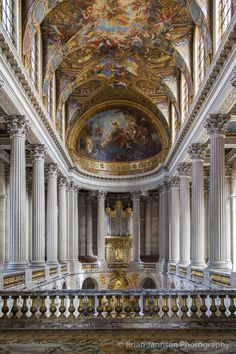 The royal chapel at Chateau de Versailles near Paris France. Beautiful Architecture, Art And Architecture, Palace Of Versailles France, Paris France, Fontainebleau, Paris Photography, Painting Patterns, Barcelona Cathedral, Beautiful Places