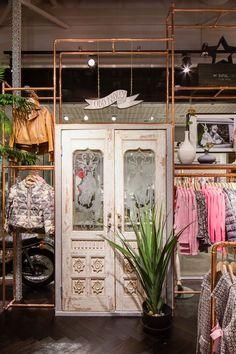 60 best ideas for clothes shop interior store displays open closets Boutique Interior, Boutique Design, Interior Shop, Boho Boutique, Design Shop, Jewelry Store Design, Diy Clothes Rack, Store Displays, Shop Interiors
