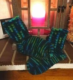Hääräämö: Ohjevideo: Kukkakuvioinen joustinneule syntyy helposti ilman apupuikkoa Knitting Socks, Crocheting, Knit Socks