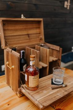 crafts for men Handmade portable minibar. Gifts for men. Mini Bars, Design Rustique, Rustic Design, Diy Wood Projects, Woodworking Projects, Wood Crafts, Jerry Can Mini Bar, Lampe Edison, Microsoft