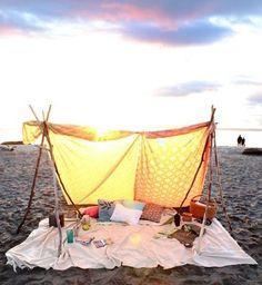 Selbstgebaute Strandmuschel, für etwas Schatten am Meer. Ideen die den Strandurlaub noch besser machen.