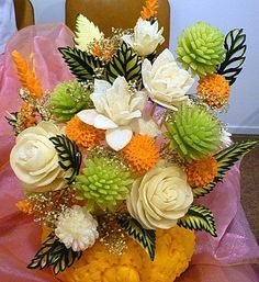 Amazing flowers from fruits and vegetables Vegetable Decoration, Vegetable Design, Food Decoration, Food Centerpieces, Fruit Decorations, Veggie Art, Fruit And Vegetable Carving, Veggie Food, Deco Fruit