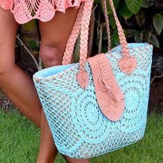 Geweldige rieten strandtas van Hot Lava mooi bewerkt met leer en mooi gehaakte stof. De binnenkant van de tas kun je d.m. van een koord afsluiten. Ideaal voor op het strand, maar zeker zo leuk als shoptas!