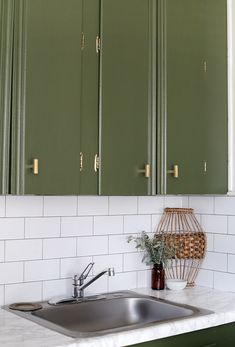 Renter-FRIENDLY Cover up ugly countertops with this tough (but still temporary! Faux Marble Countertop, Corian Countertops, Painting Kitchen Cabinets, Kitchen Paint, Rustic Kitchen, Kitchen Decor, Diy Kitchen, Kitchen Ideas, Contact Paper Countertop