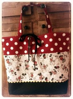 Micky and Minnie purse Disney Tote Bags, Disney Purse, Quilted Tote Bags, Patchwork Bags, Mickey Mouse Quilt, Minnie Mouse, Disney Quilt, Fabric Gift Bags, Bag Patterns To Sew