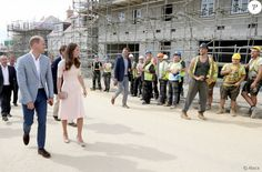 Le prince William et Kate Middleton, duc et duchesse de Cambridge, sur le chantier de nouvelles constructions immobilières dans le quartier de Newquay à Truro, le 1er septembre 2016, lors de leur visite officielle en Cornouailles. Le passage de la duchesse n'a pas laissé les ouvriers indifférents...