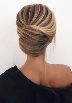 Low Chignon is really a sleek bridal hair messy bun which appears extremely wonderful on bridesmaid too. Chic Hairstyles, Pretty Hairstyles, Prom Hairstyles, Romantic Hairstyles, Wedding Hair And Makeup, Hair Makeup, Thin Hair Updo, Curly Hair Styles, Natural Hair Styles