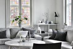 Blyindfattede ruder i vores stue. Synes det er en smuk kontrast til et moderne hjem
