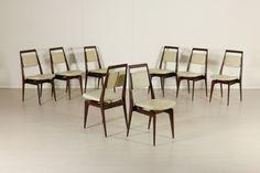 Gruppo di 8 sedie; legno di mogano tinto, imbottitura in espanso, rivestimento in similpelle. Buone condizioni, presenta piccoli segni di usura.