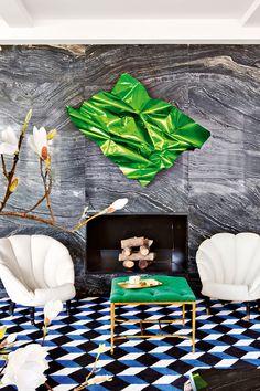 En un salón diseñado por Lorenzo Castillo, chimenea de mármol de Kenia, aluminio de 'Aldo Chaparro', en 'Casado Santapau'; butacas americanas años 40 con seda de 'Rubelli' y banqueta capitoné 'Art Decó' con terciopelo verde esmeralda de 'Gastón y Daniela'. AD España, © Manolo Yllera