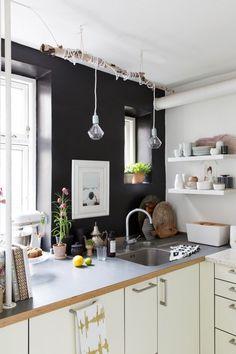 70 идей мебели для кухни: стили, виды, материалы http://happymodern.ru/mebel-dlya-kukhni/ Черно-белая угловая кухня с интересным светильником