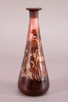 E. Gallé - Vase, um 1905. Glas, geätztes Dekor mit Blüten. Zustand A. H. 13,8 cm. Bez.: Gallé.