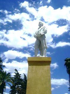 Escultura de Laprida en Plaza de la Tradición. Es obra de la famosa escultora argentina Lola Mora — en San José de Jáchal, San Juan. Argentina