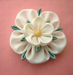 Ivory Flower Bridal Fascinator: Yorkshire Rose Kanzashi Brooch or Hair Piece Diy Ribbon, Ribbon Work, Fabric Ribbon, Ribbon Crafts, Fabric Crafts, Cloth Flowers, Faux Flowers, Diy Flowers, Fabric Flowers
