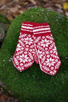 Rätt så ofta får jag sug efter att sticka något riktigt klassiskt. Det är något med de där gamla mönstren som är så tilltalande och vacke... Mittens Pattern, Knit Mittens, Knitted Shawls, Mitten Gloves, Easy Yarn Crafts, Fair Isle Knitting, Ear Warmers, Diy Clothing, Handmade Clothes