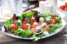 ENSALADA TOMATE MOTZZARELLA Y LECHUGA VARIADA Caprese Salad, Cobb Salad, Fresco, Mozzarella, Food, Lettuce Salads, Dishes, Recipes, Easy Salads